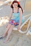 海滩睡椅的女孩 库存图片