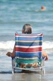 海滩睡椅的妇女 库存照片