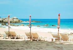 海滩睡椅,普吉岛,泰国 免版税库存照片