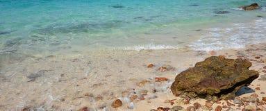 海滩石海波浪 免版税图库摄影