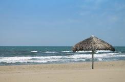 海滩秸杆伞在福尔泰德伊马尔米 免版税库存照片