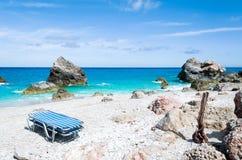 海滩空的sunbeds 库存照片