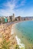海滩线在有人游泳的贝尼多姆 免版税库存图片