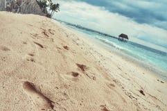 海滩美丽的作用脚印脚步起了波纹被风吹沙子含沙陈列的线索 免版税图库摄影