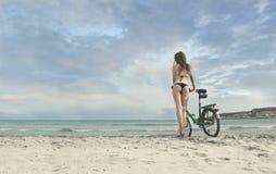 海滩美丽的女孩 库存图片
