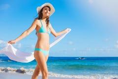 海滩美丽的妇女年轻人 免版税图库摄影