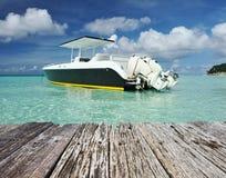 海滩美丽的小船马达 免版税库存图片