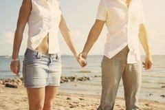 海滩美丽的爱人员 免版税库存照片