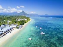 海滩美好的地区看法与小船的在毛里求斯海岛上 免版税库存图片