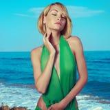 海滩肉欲的妇女 免版税库存图片