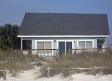 海滩背景的木房子 免版税库存照片