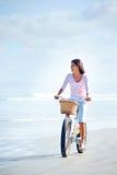海滩自行车妇女 免版税库存照片