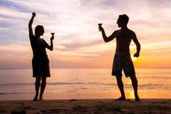 海滩节日或党与朋友 库存照片