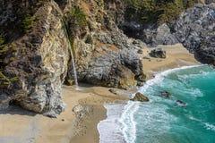 海滩茱莉亚普法伊费尔和McWay秋天,大瑟尔 库存图片