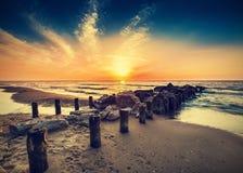 海滩葡萄酒减速火箭的照片在日落的 免版税库存图片