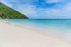 海滩蓝色沙子天空热带白色 similan的海岛 免版税库存图片