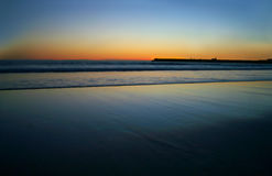 海滩蓝色清楚的黎明被反射的天空水 库存照片