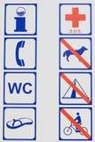 海滩行签字与警告和指示 免版税库存照片