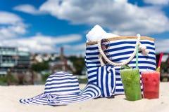 海滩袋子和太阳 免版税库存照片