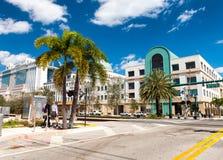 海滩西方佛罗里达的掌上型计算机 在美丽的全景城市地平线 免版税图库摄影