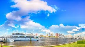 海滩西方佛罗里达的掌上型计算机 在美丽的全景城市地平线 免版税库存照片