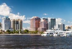 海滩西方佛罗里达的掌上型计算机 在美丽的全景城市地平线 免版税库存图片