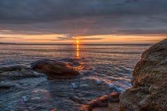 从海滩观看的五颜六色的日出地平线晃动 免版税库存图片