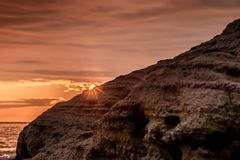 从海滩观看的五颜六色的日出火光晃动 免版税库存照片