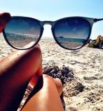 海滩视图通过玻璃 免版税库存照片