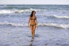 从海洋走出去的妇女 免版税库存照片