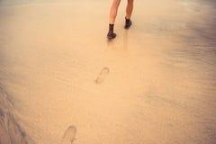 海滩走的妇女年轻人 免版税库存照片