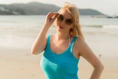 海滩跳舞的年轻白肤金发的妇女 库存图片