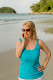 海滩跳舞的年轻白肤金发的妇女 免版税库存图片
