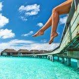海滩跳船的妇女 免版税库存照片