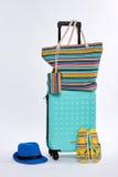 海滩辅助部件和被转动的手提箱 免版税库存照片