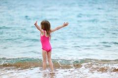 海滩逗人喜爱的女孩使用的一点 图库摄影