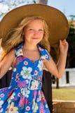 海滩逗人喜爱的女孩 免版税库存照片