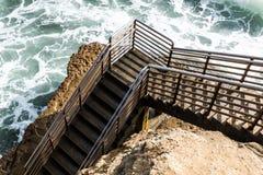 海滩通入楼梯,日落峭壁,圣地亚哥底部  免版税库存图片