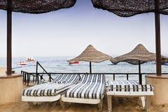 海滩遮阳伞和太阳床 免版税库存照片