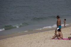 海滩里约秋天的沐浴者有很多 图库摄影