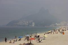 海滩里约秋天的沐浴者有很多 免版税库存照片