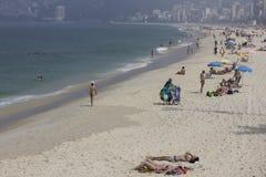 海滩里约秋天的沐浴者有很多 库存照片