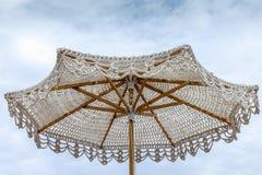 海滩钩针编织伞 库存图片