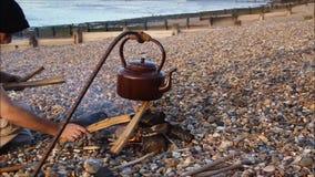 海滩阵营火和水壶 影视素材
