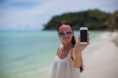 海滩陈列的年轻美丽的女实业家 库存图片