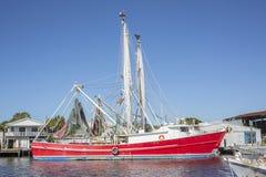 海绵靠码头商业小船 免版税库存图片