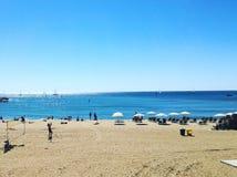 海滩风景在地中海的在一个晴朗的夏日 库存照片
