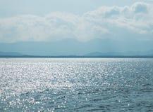 海洋风景视图有阳光树荫反射的在缅甸和晴朗的天空云彩和海岛蓝色天际海洋的在Backgroun 免版税库存图片