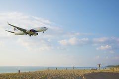 海滩风景,飞机进来土地 库存照片