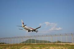 海滩风景,飞机进来土地 免版税库存图片